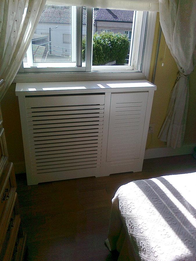 Cubreradiador lacado en blanco con puerta