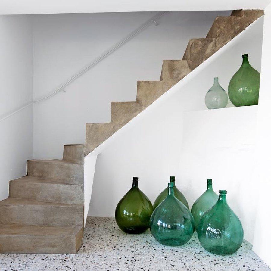 damajuana en una escalera