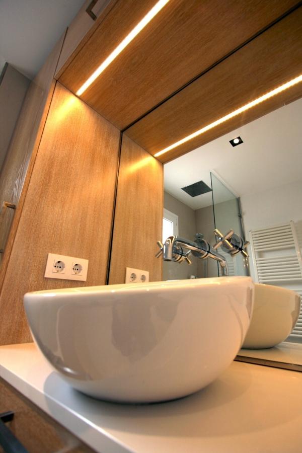 Dealle lavamanos y griferia empotrada en espejo.