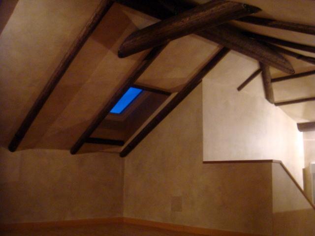 Buhardilla r stica con un toque de pintura dedorativa - Vigas decorativas imitacion madera ...