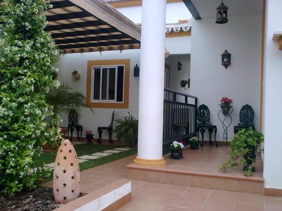 Decoración en jardín lateral y entrada