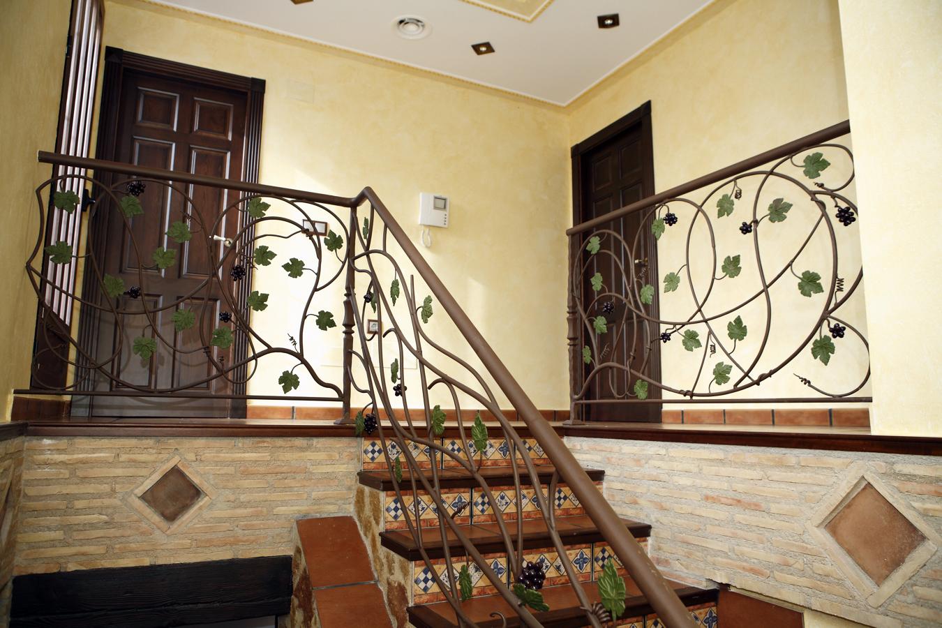 Foto decoracion rustica rellanos de obras servicios y - Decoracion paredes escaleras ...