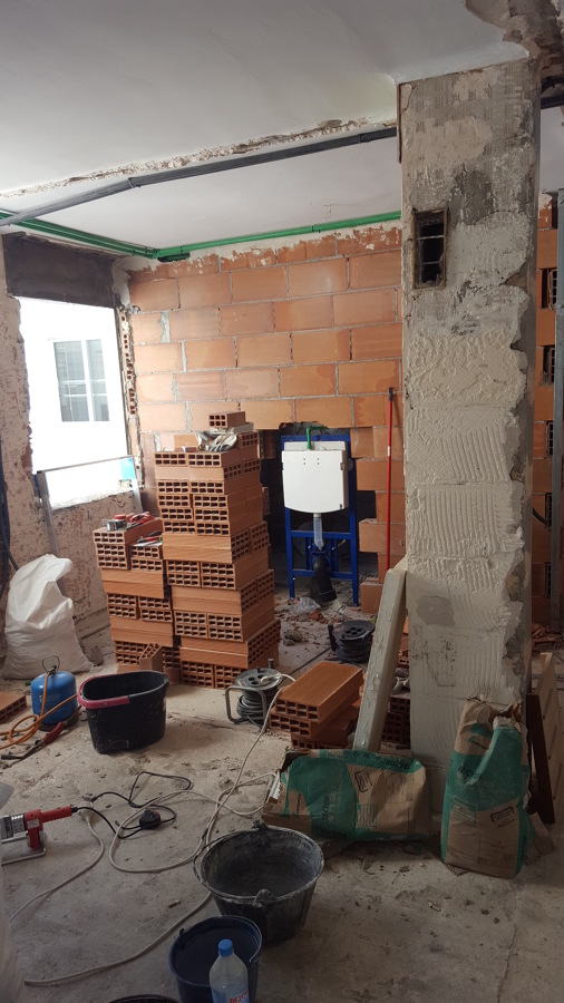 Demolición. Cisterna empotrada en obra