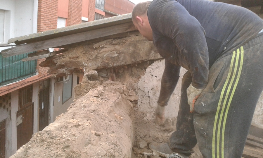 Foto demoliciones de tejado antiguo de aliceres for Tejados madera ourense