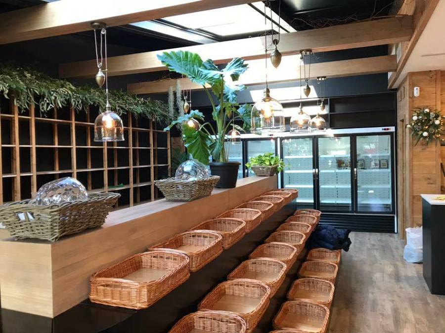 deocracion con cestas de mimbre, plantas y lamparas