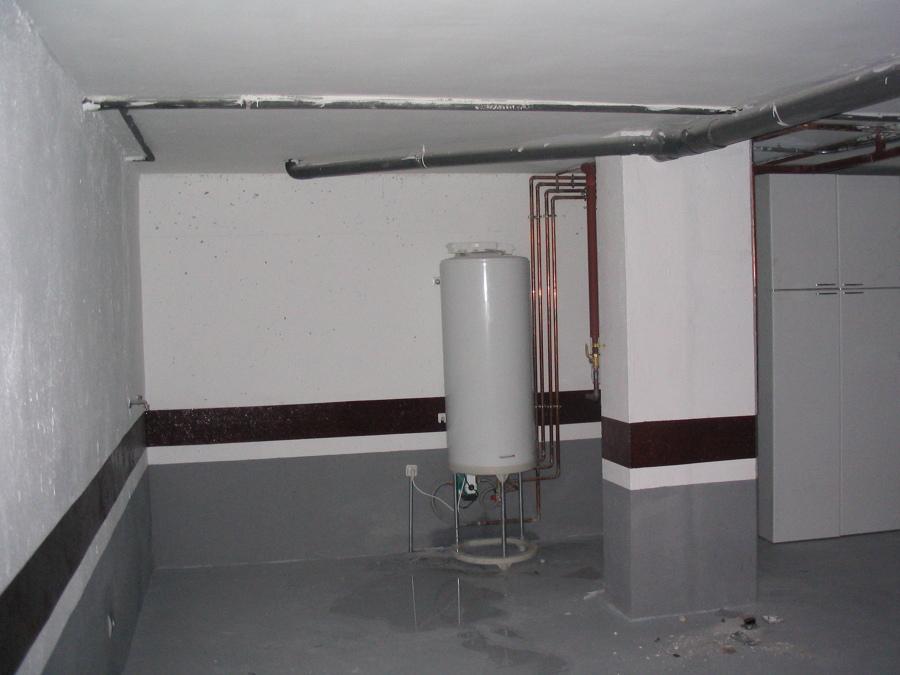 Depósito de agua caliente en un garaje