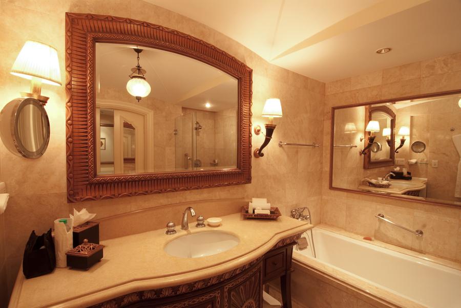 Consejos para encajar un espejo en la decoraci n del ba o for Articulos decoracion banos