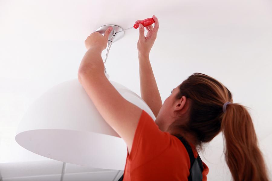 C mo instalar una l mpara en el techo ideas reformas - Como colocar una lampara ...