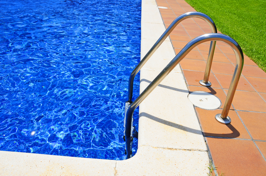 Consejos para acabar con el agua turbia de la piscina for Piscina turbia