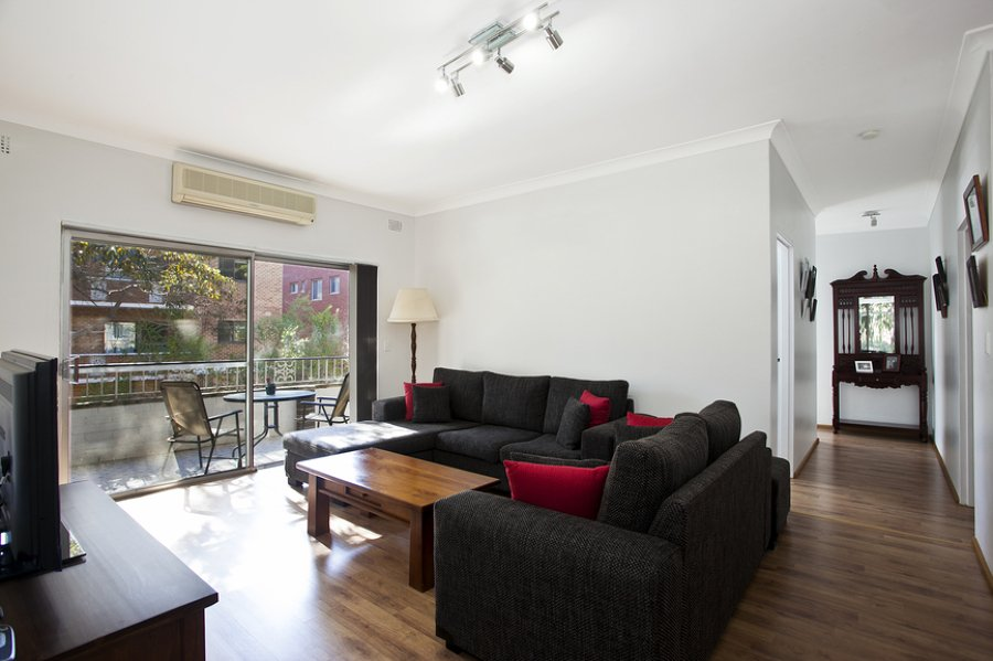 Consejos para elegir un sof en funci n de la forma del for Sofas para salones estrechos