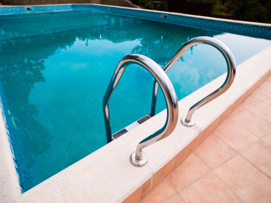 Qu hacer si el agua de la piscina se pone verde ideas for Que hacer en la piscina