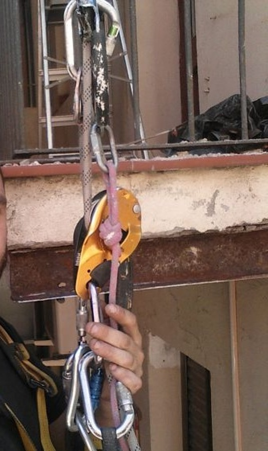 Descubriendo biga balconera para reparar daños por oxido.