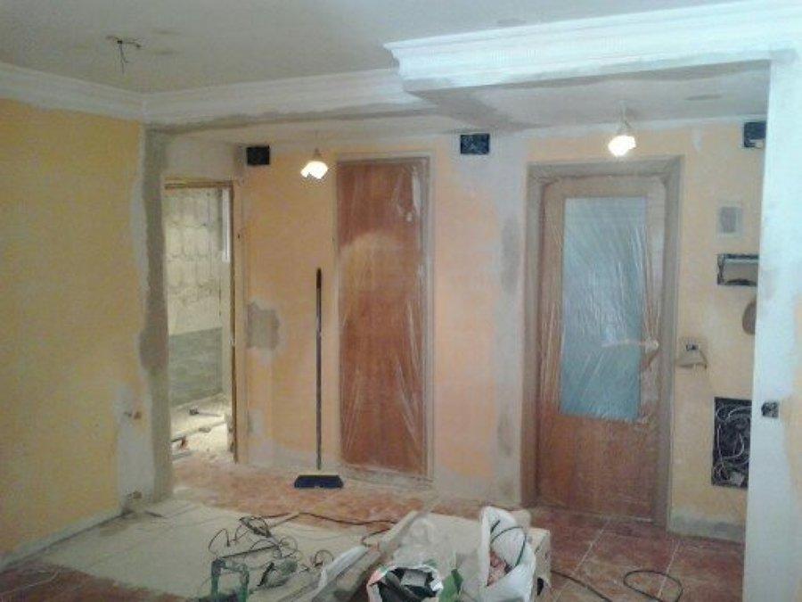 Desescombrado, modificación de instalaciones y enyesado.