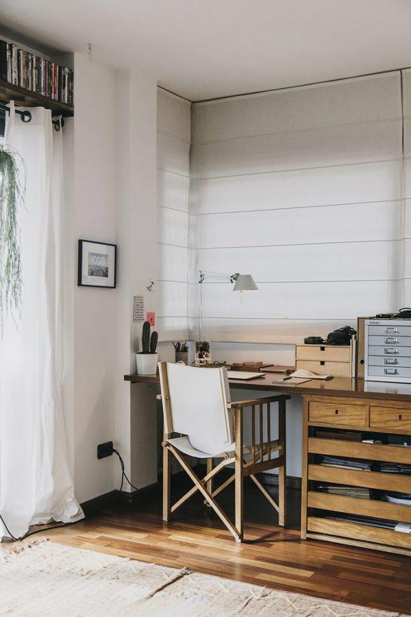 despacho con escritorio de madera