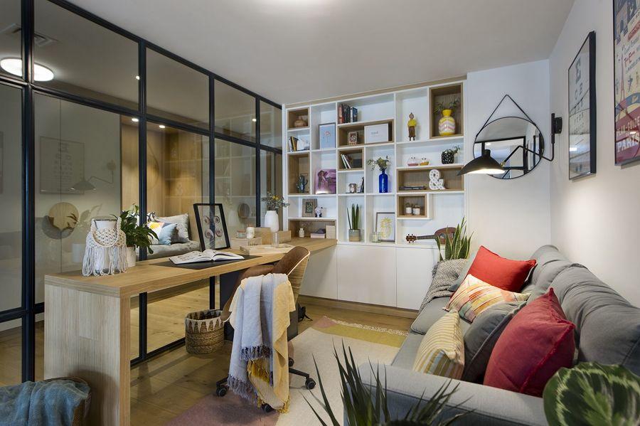 Despacho con pared de cristal
