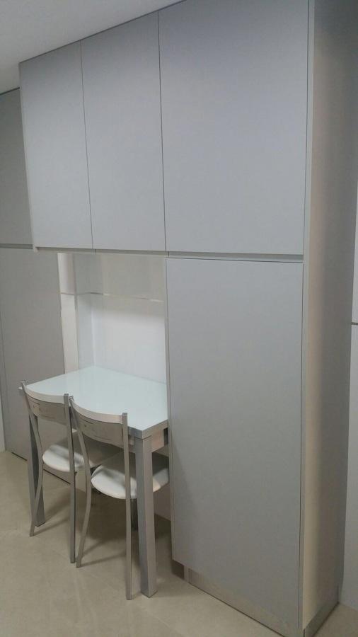 Muebles de cocina blanco gris nube ideas carpinteros for Puerta lavadero