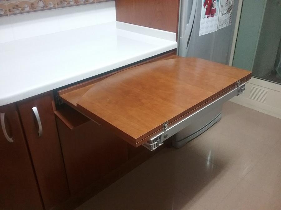 Muebles de cocina en cerezo modelo lisboa con mesa extraible oculta ideas carpinteros - Mueble encimera cocina ...