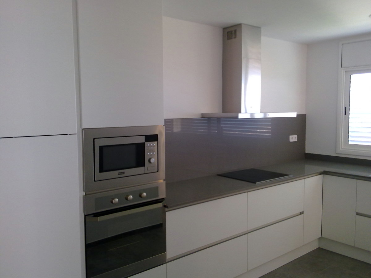 Reforma ampliaci n cocina en segur de calafell ideas - Cocinas blancas con encimera gris ...