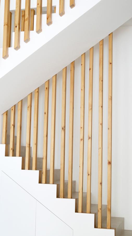 Detall de gelosía escales i armari inferior