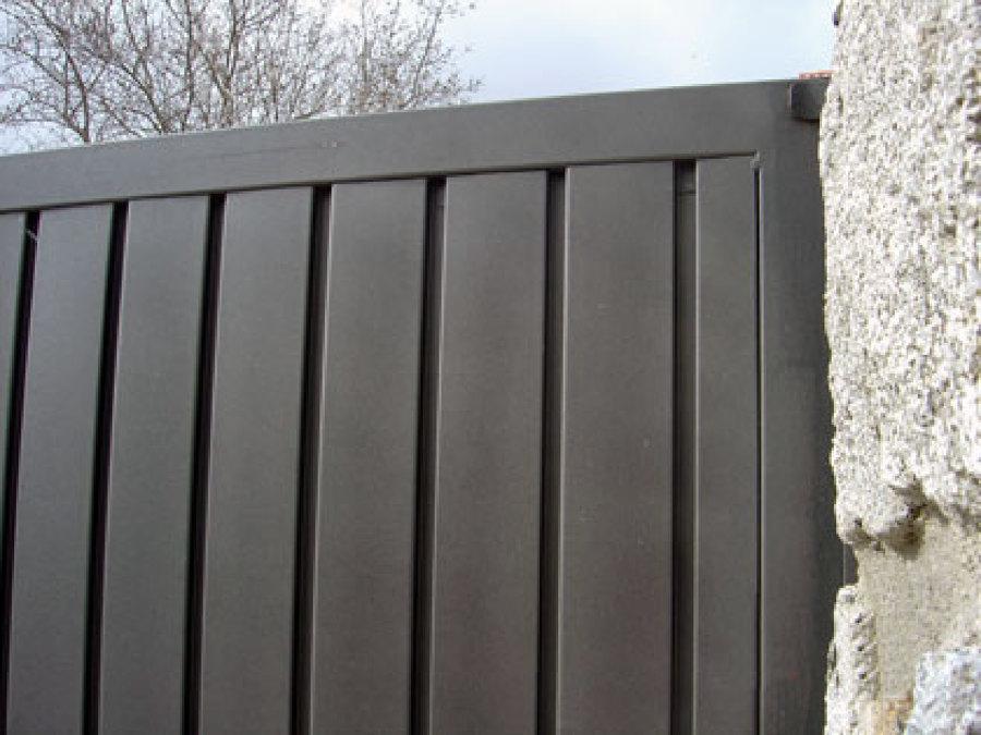 Foto detalle cerramiento en chapa perfil puerta de for Casas de chapa para jardin