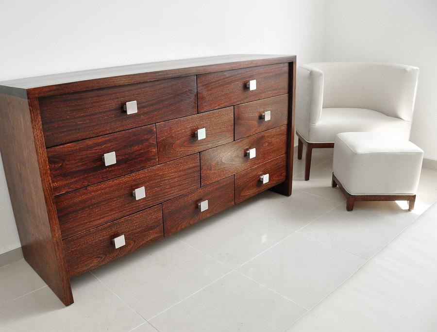 Detalle cómoda, butaca y reposapiés dormitorio principal