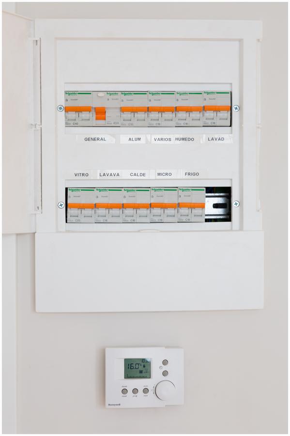 Detalle cuadro eléctrico y termostato