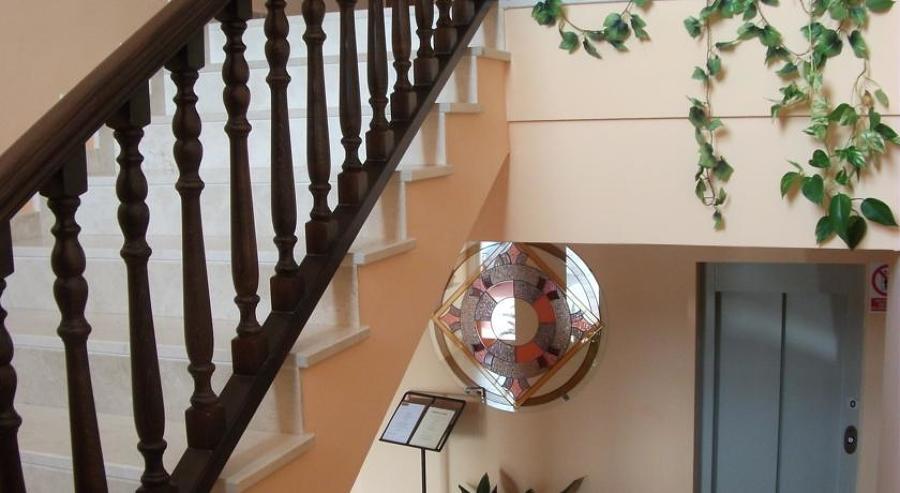 Detalle de acabado escaleras y barandilla de madera
