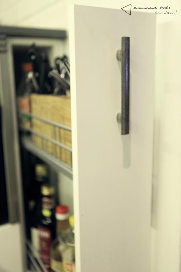 La cocina de Ana y Paul por emmme studio: Detalle de almacenaje
