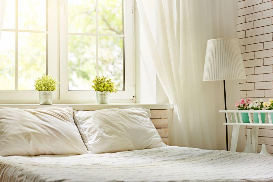 Detalle de cabecero y ventanas en dormitorio estilo romántico