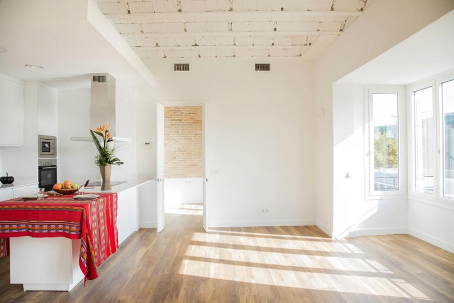 Detalle de cocina, comedor y salón