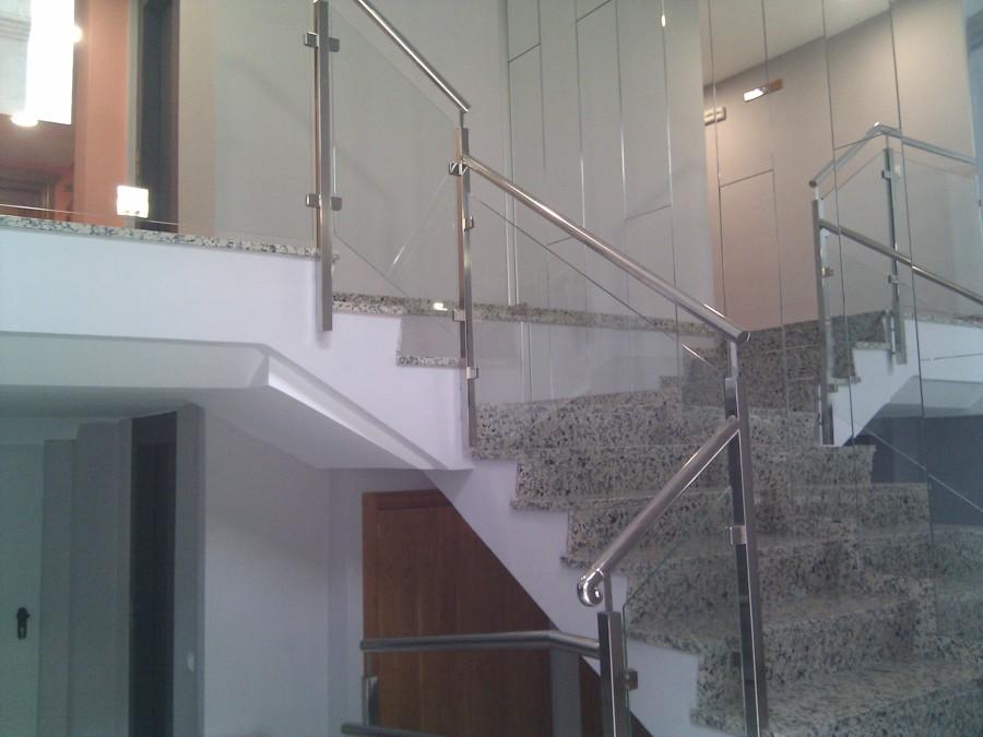 Detalle de escalera en acero y cristal.