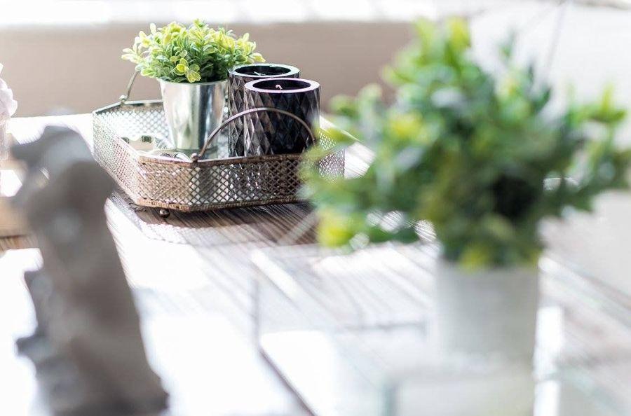 Detalle de flores en mesa