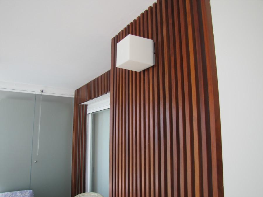Foto detalle de forrado en madera de iroko de las paredes - Madera para paredes ...