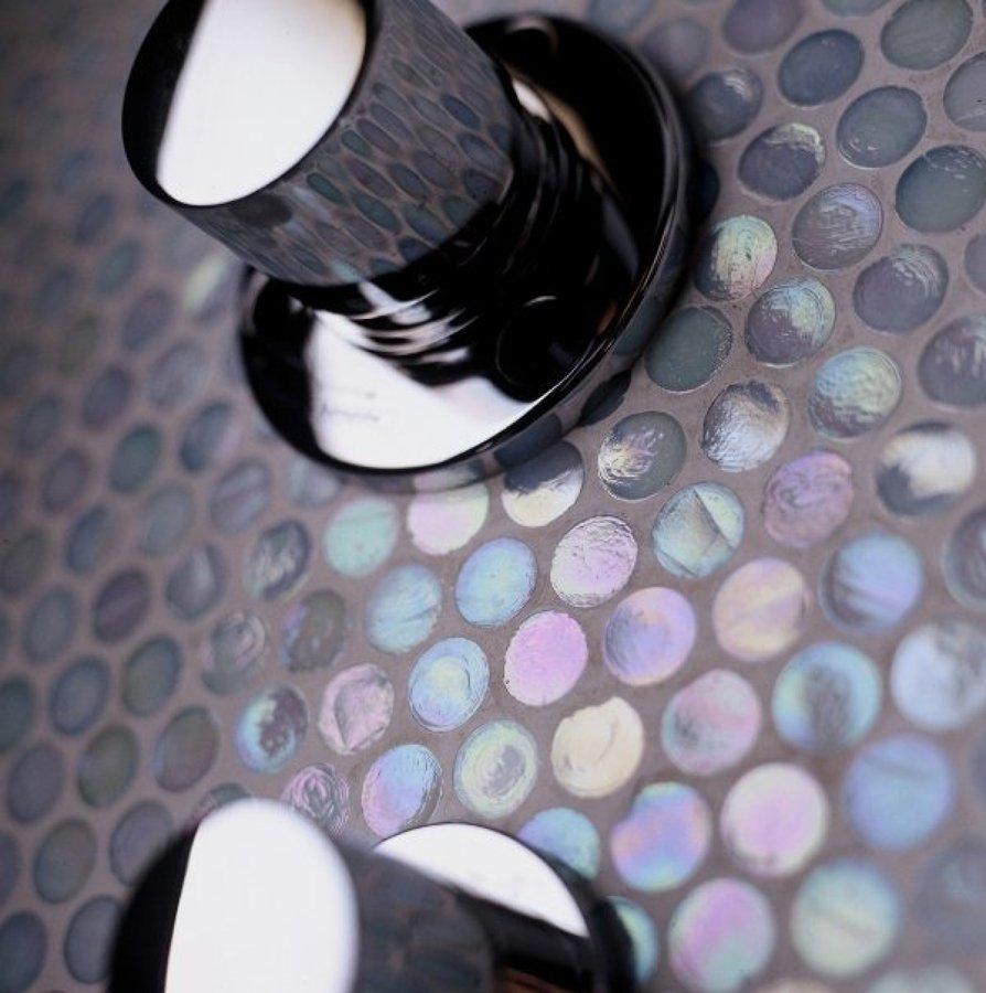 detalle de grifería y mosaico Sicis efecto nacarado de cristal.
