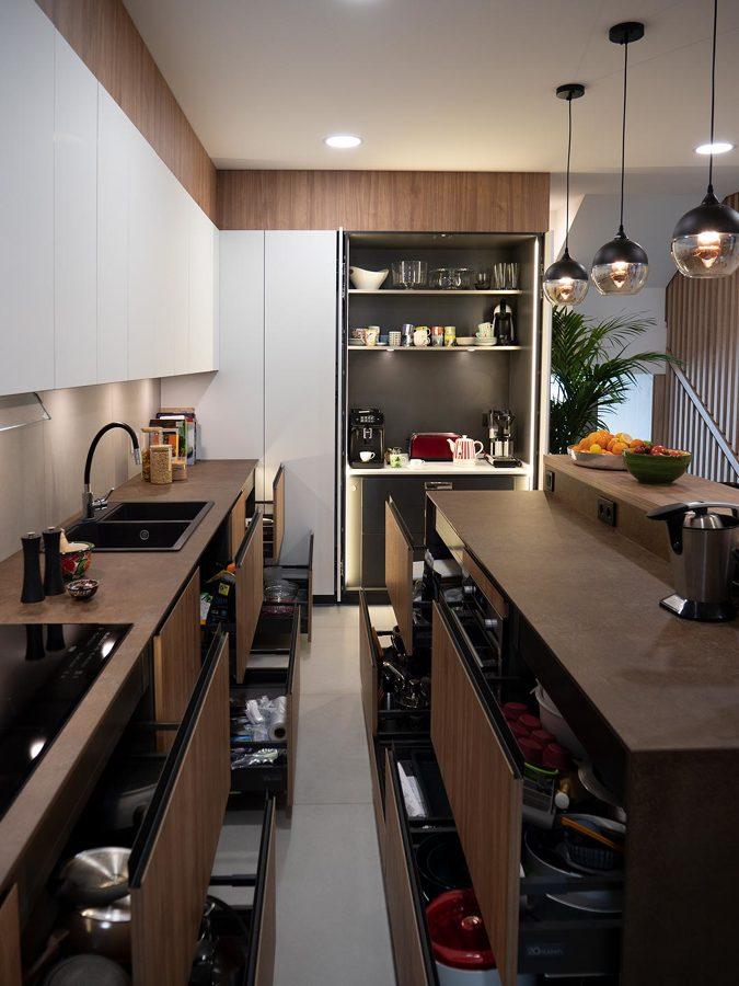 Detalle de la capacidad de almacenaje de la cocina