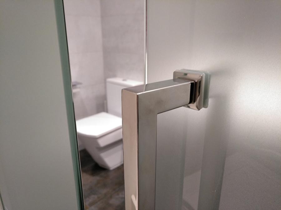 Detalle de la puerta del baño en suite