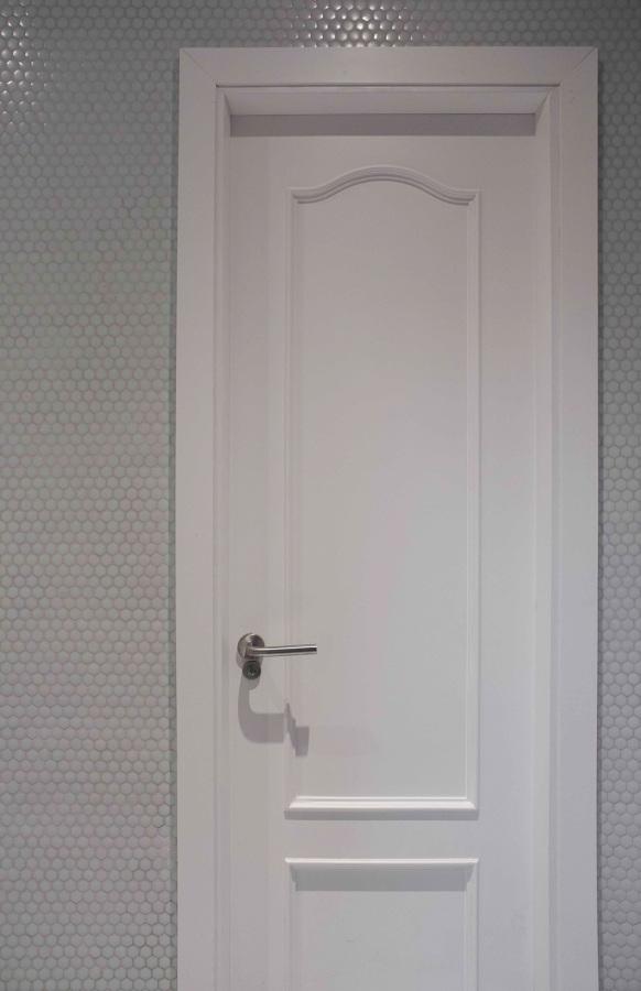 Detalle de la puerta lacada en blanco
