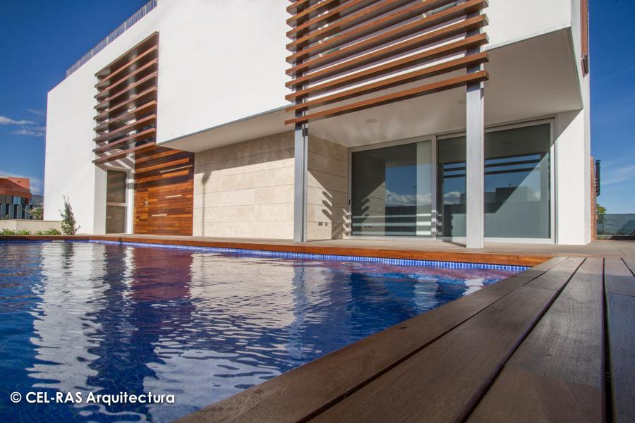 Detalle de la tarima de madera que bordea la piscina y las lamas que conforman la celosía