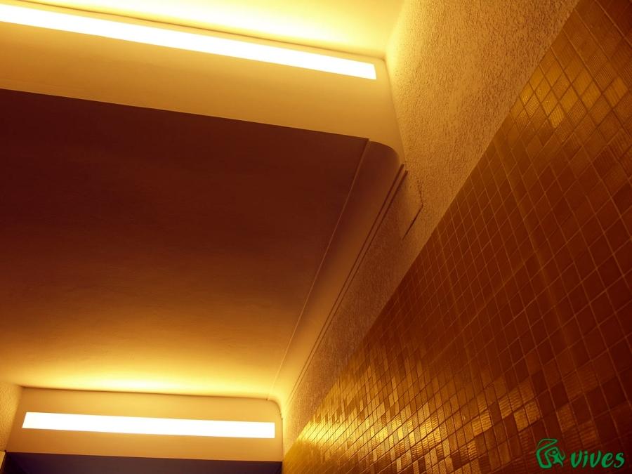 Detalle de las luminarias del portal del edificio