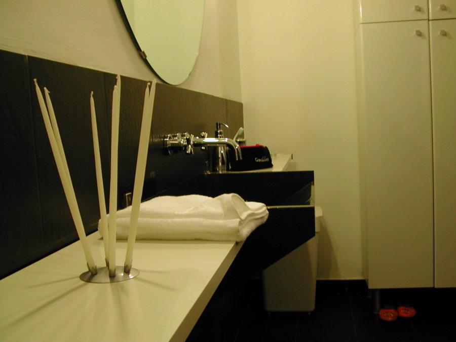 detalle de lavabo y encimera del baño de cortesía