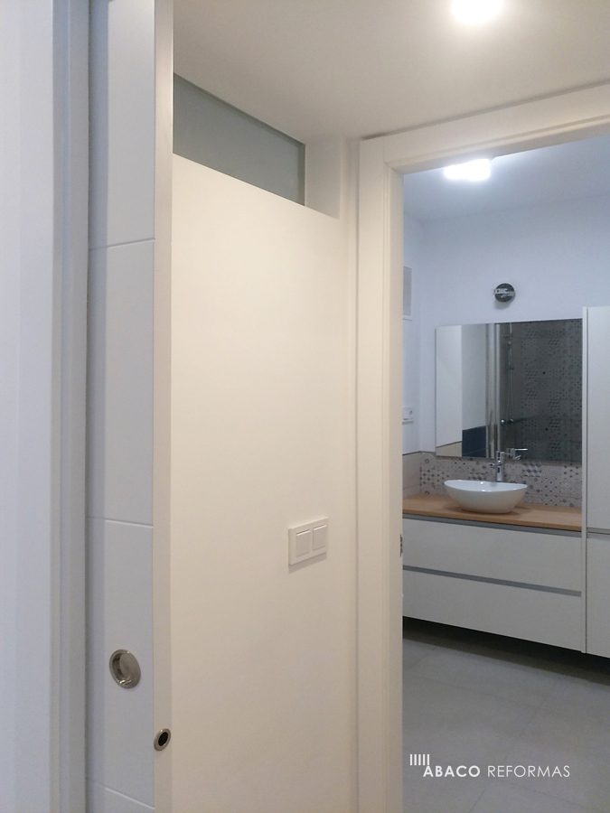Detalle de pasillo y cuarto de baño 2