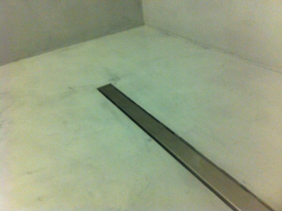 Detalle de plato de ducha en microcemento