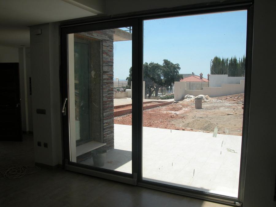 Detalle de puerta de salida de salón a futuro jardín.