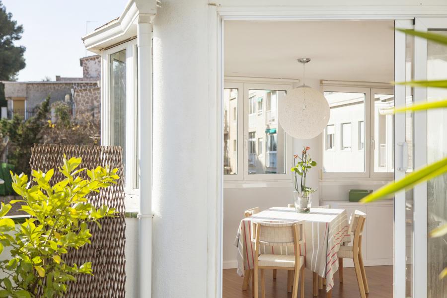 Detalle de salón, comedor desde terraza