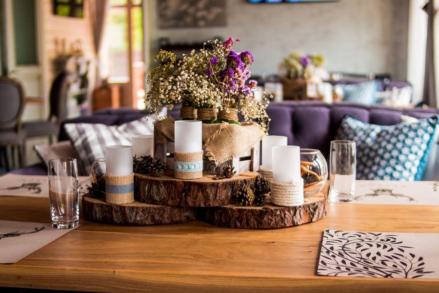 Detalle decorativo con flores secas y velas