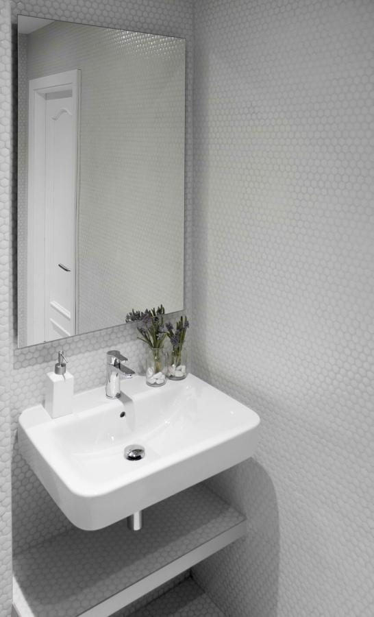 Detalle del lavabo, espejo y repisa realizada de obra