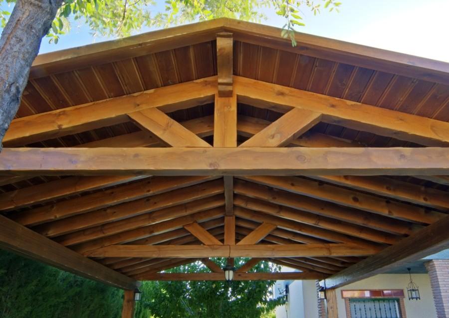 Detalle del techo de una pérgola de madera