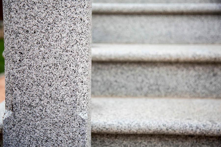 Detalle escalera granito