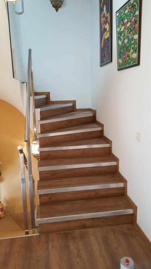 Detalle escalera y baranadilla de acero inoxidable