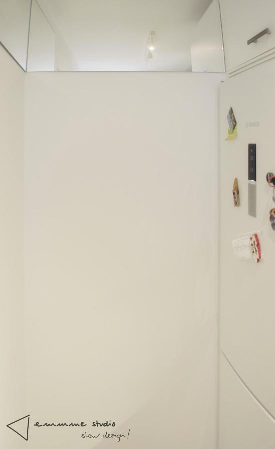 La cocina de Ana y Paul por emmme studio: detalle espejo
